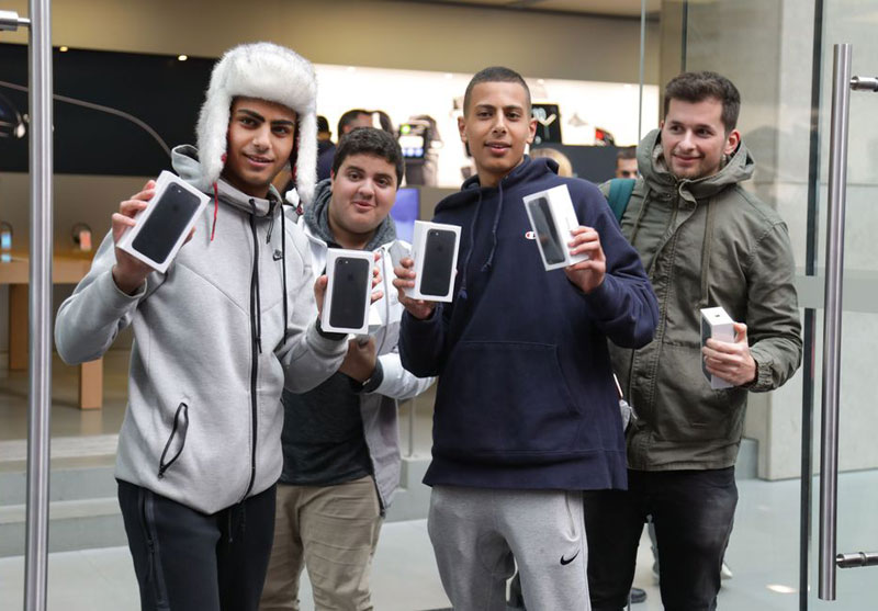 customers-line-up-to-purchase-the-new-iphone-7-3