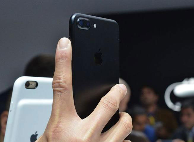 iPhone-7-hands-zone-11